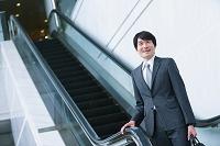 エレベーターから降りるビジネスマン