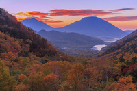 栃木県 紅葉の金精峠より湯ノ湖と男体山朝景 奥日光