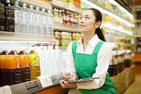 商品の在庫管理をする日本人女性従業員