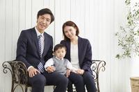 椅子に座るフォーマルウェアを着た家族