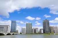 新潟県 信濃川にかかる萬代橋とマンション群