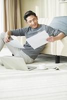 自宅で仕事をする若者