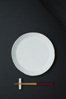 白い皿と箸