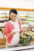 商品を手に取る日本人女性