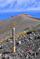 静岡県 富士山 宝永第三火口壁のサインボードと宝永山