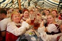 民族衣装で乾杯する女性