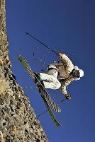 石の上でスキーをする男性
