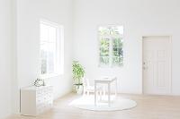 窓辺に置かれた椅子と机