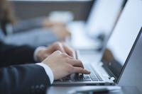 オフィスでノートパソコンを操作するビジネスマン