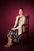 いすに座る日本人のシニア女性