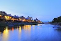 京都府 夕暮れの鴨川と納涼床