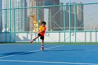 テニスの練習をする子供
