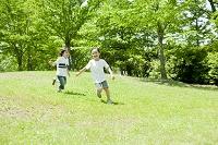 公園で走る男の子と女の子