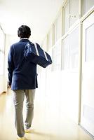 廊下を歩く男子高校生