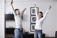 ゲームに勝って喜ぶ若いカップル