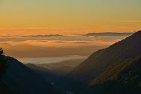 長野県 爺ケ岳の登山道から朝の山並み
