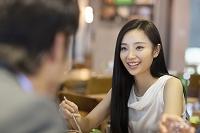 食事を楽しむ若い女性