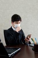 咳き込む日本人ビジネスマン