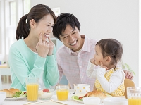 食卓につく日本人家族