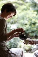 急須でお茶を淹れるシニア日本人女性
