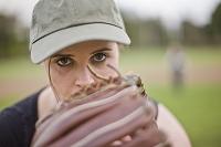 野球をする若者