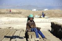 アフガンのレンガ工場 日雇い労働者や子供らが従事