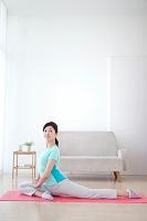 ヨガをする中高年日本人女性