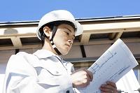 建築中の家をチェックする現場監督