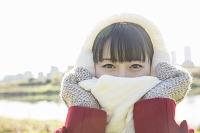 マフラーで口元を隠した日本人女性