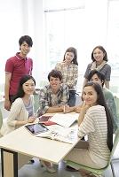 ゼミ教室で微笑む複数の男女大学生