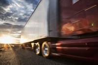 道を走る大型トラック