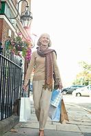 買い物をするシニア女性