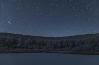 長野県 凍る中牧湖と樹氷と星空
