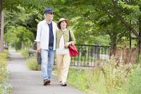 散歩をする日本人シニア夫婦