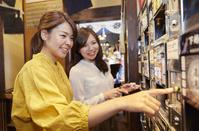 友人と日本酒を飲む女性