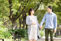 公園を散歩する日本人夫婦