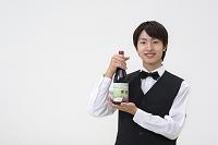 ワインボトルを持つウェイター