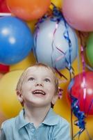 笑顔の少年とたくさんの風船