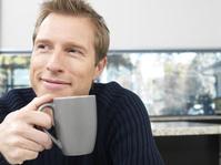 飲み物を飲む外国人男性