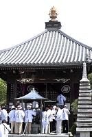徳島県 四国霊場第17番 井戸寺 お遍路さんと大師堂
