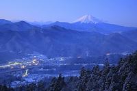 山梨県 百蔵山 夜明けの富士山と雪景色の山並み