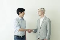 外国人と握手する男性