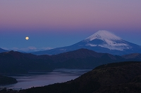 神奈川県 大観山より芦ノ湖と富士山と月の朝景
