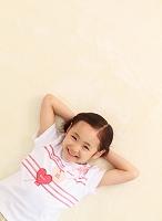 寝転がる6歳の日本人の女の子
