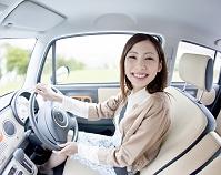 車を運転する日本人女性