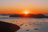 岡山県 虫明湾と朝日 カキ筏