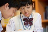 勉強する中高生