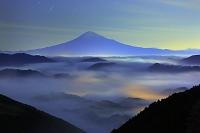 静岡県 夜の富士山と雲海の山並み
