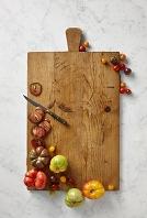 まな板に置かれた色々なトマト