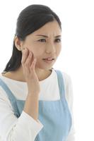 痛みに歯を押さえる女性
